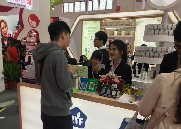 第29届北京京正展会,众多厂家与中国婴童招商网交流行业知识